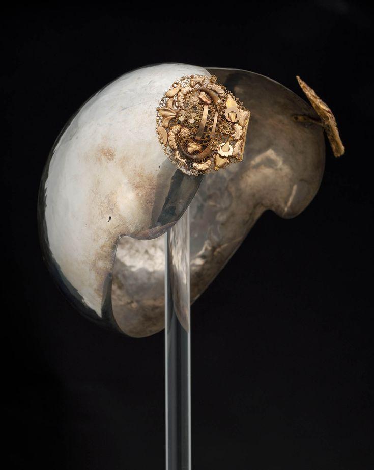 Zilveren oorijzer met gouden stiften uit Groningen - Het Geheugen van Nederland - Online beeldbank van Archieven, Musea en Bibliotheken