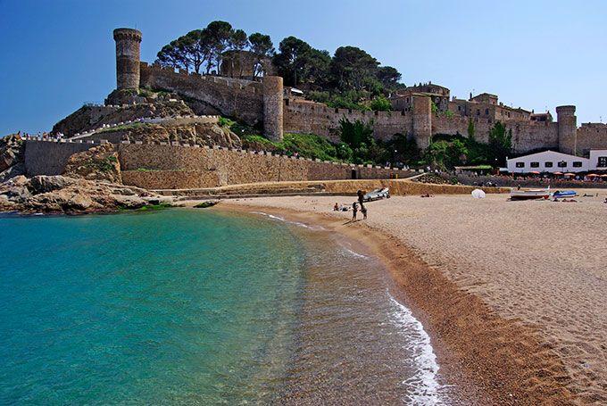 La Vila Vella de Tossa de Mar se levanta junto a la playa