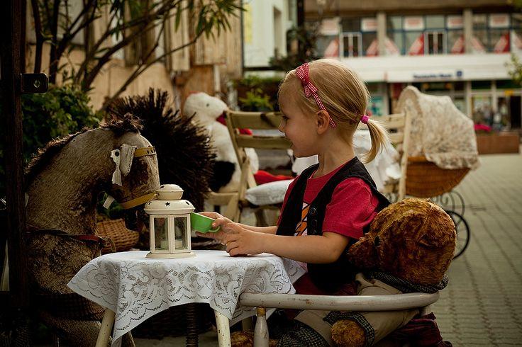 Moda dziecięca – Who I wanna be, czyli sesja Little fashion w plenerze. Tym razem przeniesiemy się na na ulicę Piotrkowską w  Łodzi. Moją modelką była trzyletnia Lena R.  Nasza mała marzycielka zastanawia kim zostać w przyszłości, chcieliśmy jej w tym pomóc, to był bardzo pracowity dzień. Oto ona!