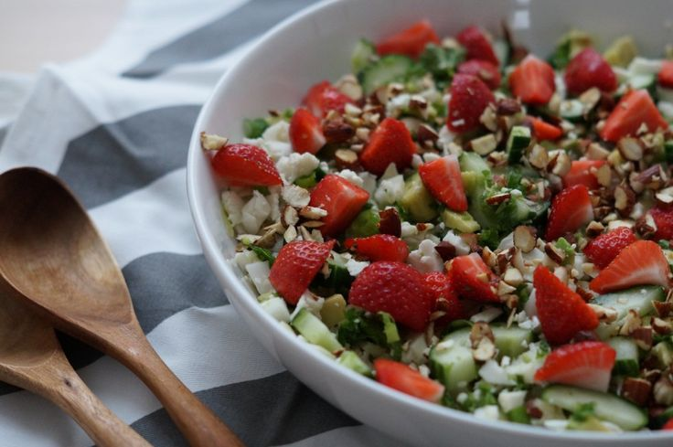 Denne her salat hører virkelig til en af de bedste jeg længe har smagt. Måske er det pga. jordbærerne, men den smager bare super frisk og sommerlig. Ren luxus salat hvis du spørger mig, da vi både har gang i avocado, saltede mandler, friske krydderurter og så selvfølgelig jordbær.  Je....
