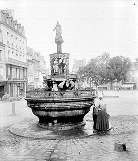 La fontaine de la Plomée en 1900 surmontée de la déesse celtique Anna...