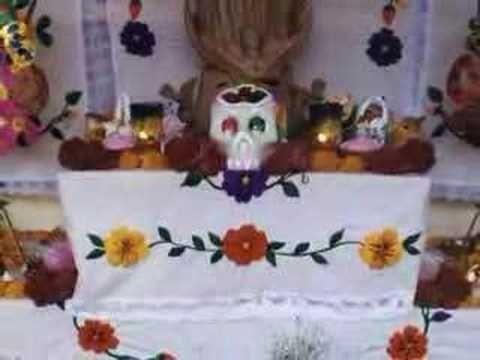 """In-flight"" movie: El Dia de los Muertos en México.  Short movie with narration in Spanish explaining the main points of the DOTD celebration."