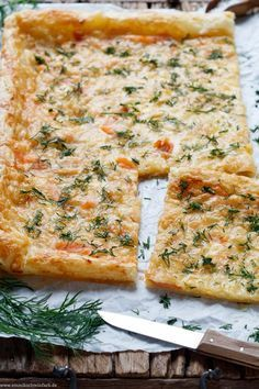 Schnelle Blätterteig Pizza mit Räucherlachs und Dill