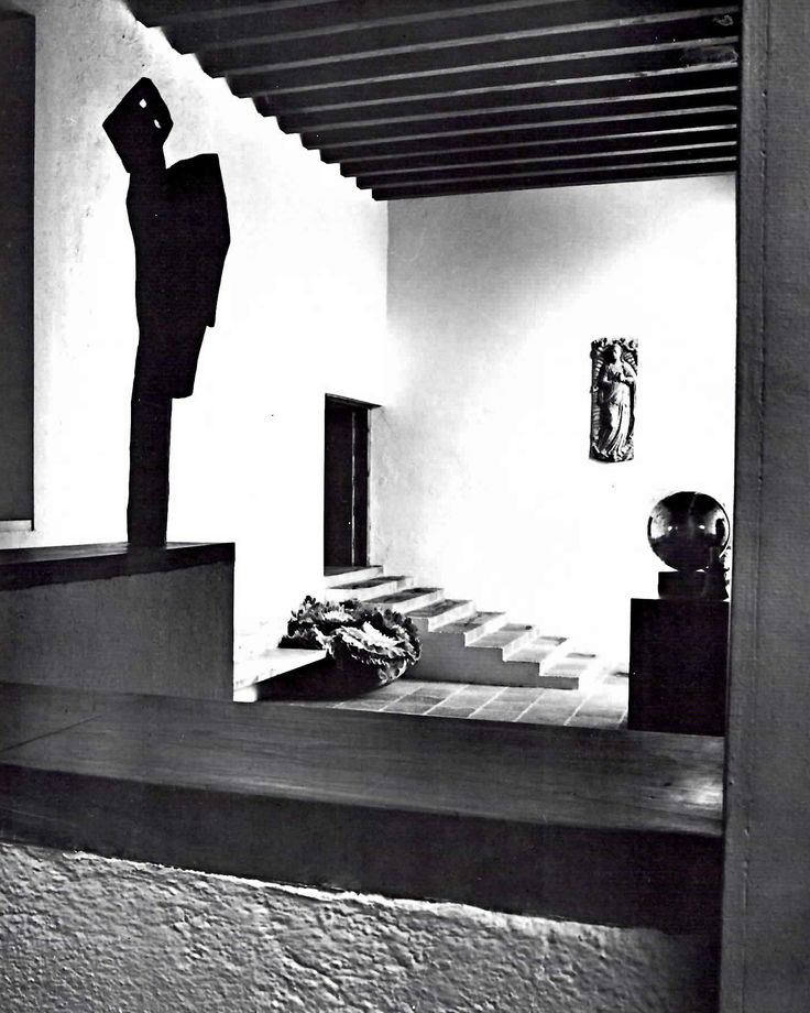 "El vestíbulo de la Casa Eduardo Prieto López con ""El ángel""  escultura por Mathias Goertiz, Jardines del Pedregal,  México, DF    Arq. Luis Barragán -    Reception hall of the Eduardo Prieto Lopez House with ""The Angel"" sculpture by Mathias Goeritz, The Gardens of Pedregal, Mexico City. Architect:  Luis Barragan"