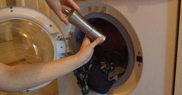 Ze gooit zwarte peper in de wasmachine, de reden? Dit is echt heel erg handig!
