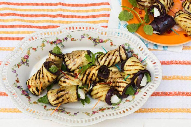 Gegrilde-auberginerolletjes met mozzarella, munt en rode peper - Recept - Allerhande