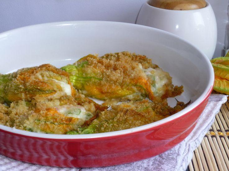i fiori di zucca gratinati ripieni, sono un secondo delizioso, farcito con formaggio e salsiccia, cotti al forno per una cena veramente deliziosa