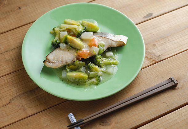 地味になりがちな魚の切り身を使った料理に、カラフルな春野菜をふんだんに使ったあんかけを添えて。ボリュームアップ効果も狙える。