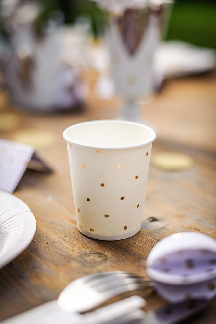 Chic et élégant ! Retrouvez notre gamme de vaisselle jetable à pois dorés.