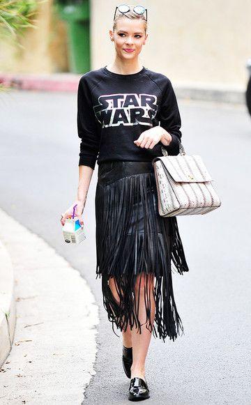 SchauspielerinJamie King kombiniert den Star-Wars-Pullover zu einem Fransenrock aus Leder.
