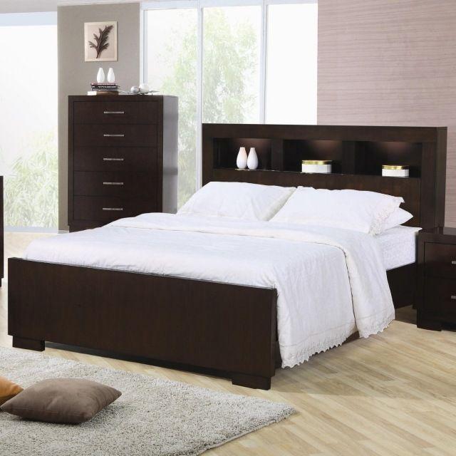 une tête de lit en bois sombre et une commode en bois à tiroirs