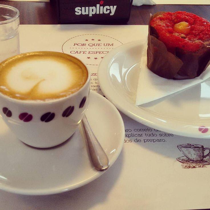 Uma tarde doce... uma semana ainda mais saborosa! (Macchiato com muffin de framboesa e limão) #cafe #macchiato #horadocafe #cafezinho #muffin #doce #sobremesa #cafeespecial #suplicycafes #specialcoffee #raspberrymuffins #dessert #coffeelover #coffe #espresso #coffeegram #coffeetime #depratosaprosas