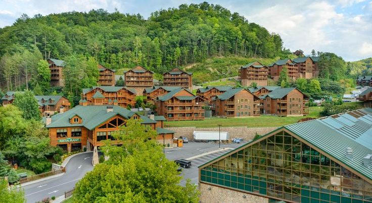Westgate Smoky Mountain Resort & Spa Gatlinburg Offering stunning views of the Smoky Mountains (9 km), this lodge-inspired Gatlinburg resort boasts a full-service spa and villas with a kitchenette. Features include a pool, game room, and mini golf.