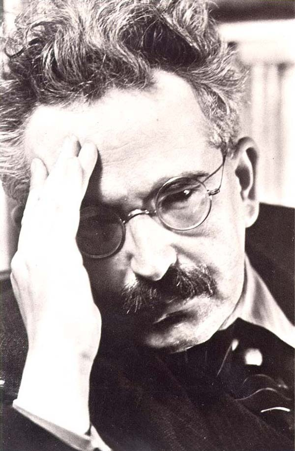 Walter Benjamim. Foto: Gisèle Freund. Ele é citado em Literatura & Champanhe e A Sombra da Meia Noite.