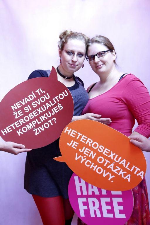 Fotky z našeho velmi improvizovaného HateFree fotostánku na sobotním festivalu Prague Pride. Pokud vám hlášky na cedulkách připadají absurdní, věřte, že mnozí gayové a lesby se s nimi setkávají dnes a denně.