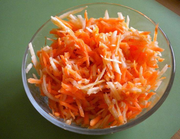 Polnischer Karottensalat mit Apfel - An diesen Rohkostsalat kommen Karotten, Apfel, Rosinen und Walnüsse und er ist ein typischer Beilagensalat in Polen.@ de.allrecipes.com