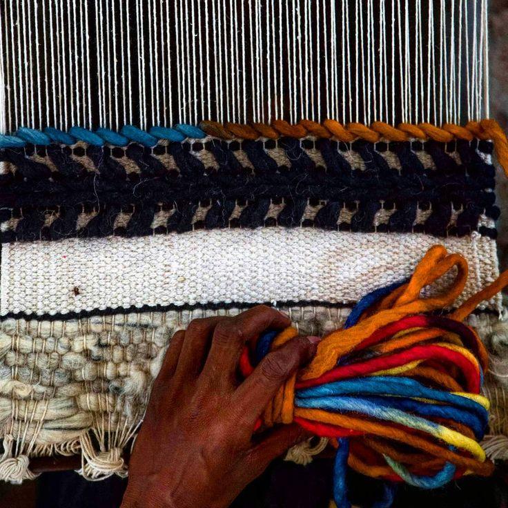Ogni tappeto Sukhi viene fatto a mano da una artigiana che vi dedica amore e dedizione. Un lavoro lungo e paziente che dura normalmente intorno a quattro settimane. Scoprite anche voi come vengono creati i nostri tappeti indiani qui: http://www.sukhi.it/fare-tappeti-di-lana-and-feltro