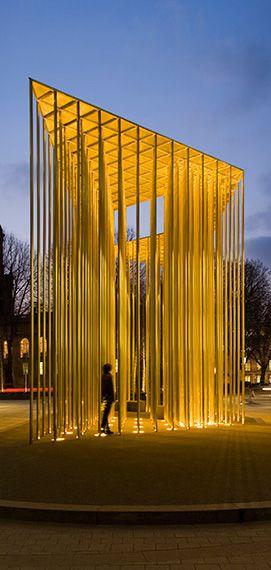 regents Place Pavilion; Lampen in grond die kolommen aanlichten en structureel grid hierdoor sterker belichten