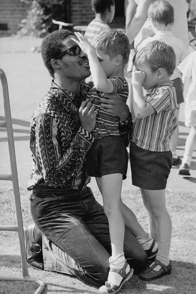 Стиви Уандер во время посещения детской школы для слепых в Лондоне, 1970 год.