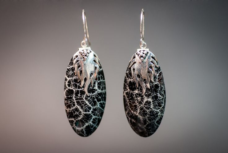 Earrings with black foam coral €20