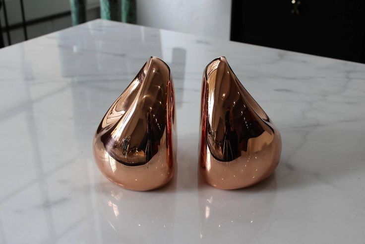 Polished copper modern bookends by Ben Seibel for Jenfred Ware, 1950s. Biomorphic teardrop shape. These bookends have been fully restored in a mirror polished copper finish.