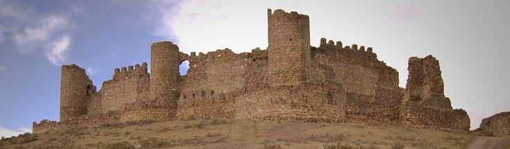 CASTLES OF SPAIN - Castillo de Almonacid, Toledo. De origen musulmán, en el siglo XI pasó a ser propiedad de Alfonso VI de León y Castilla como parte de la dote su esposa Zaida, princesa conversa de Sevilla. Fue prisión de Alfonso Enríquez, conde de Gijón y Noreña e hijo bastardo de Enrique II de Castilla, apresado por orden de su hermanastro Juan I de Castilla. En 1809 fue refugio de las tropas del general Venegas en la Batalla de Almonacid, siendo finalmente tomado por las tropas…