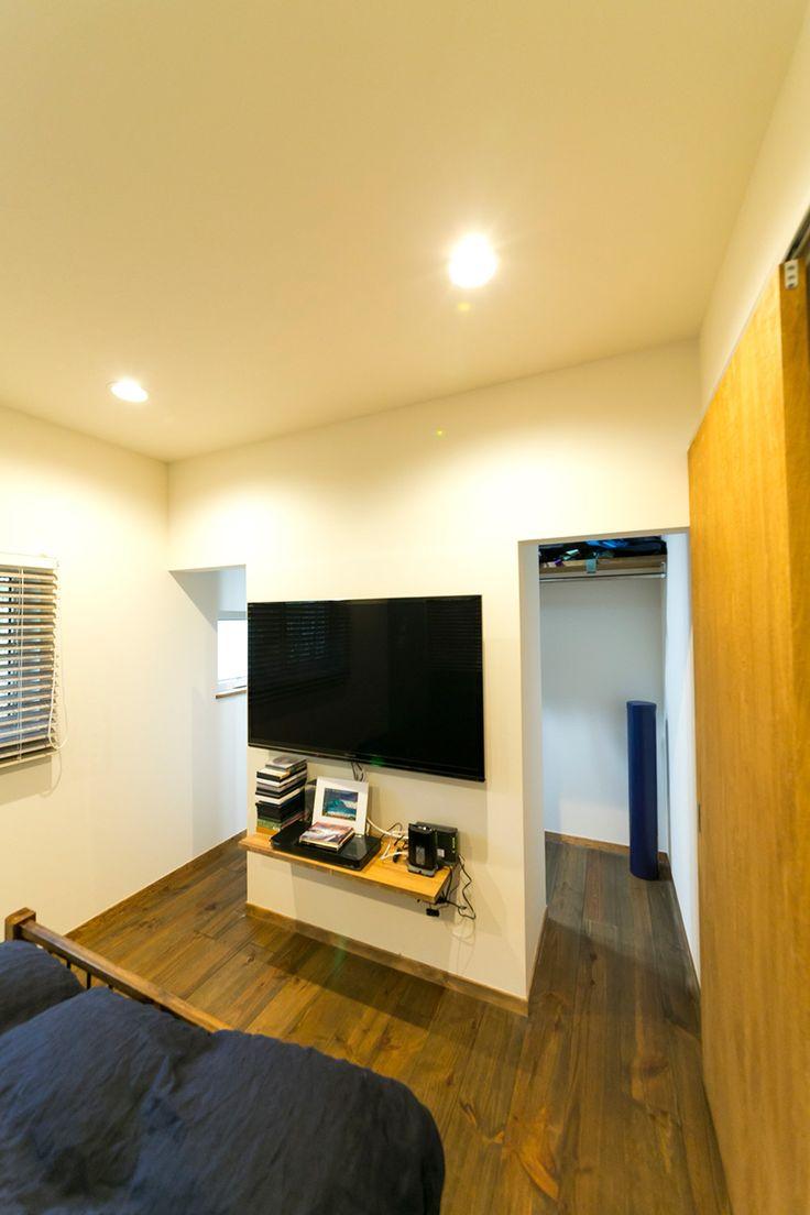寝室の奥のTVの裏側は、両サイドから入れるウォークインクローゼットになっている。