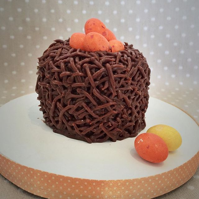 Da série minha Páscoa, esse mini ficou uma fofura  ➡️mini bolo de chocolate recheado e coberto com ganache de chocolate meio amargo, confeitado com bico bem fininho para parecer um ninho, ovinhos M&M #festa #doces #vanessisses #páscoa #minibolo #bolodechocolate