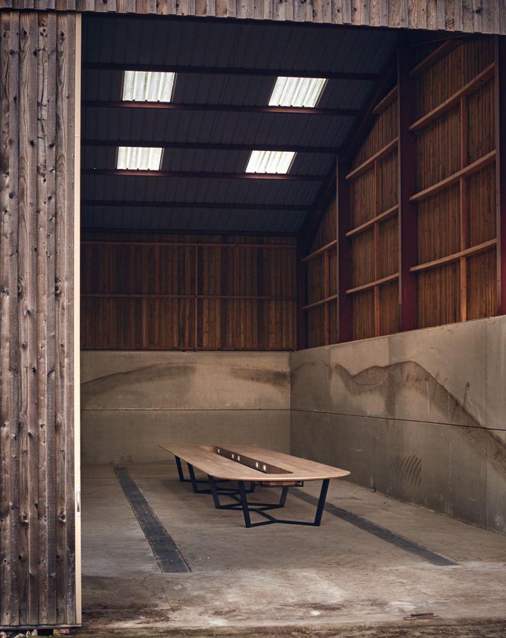 Table de réunion Perronet.  Table sur mesure, le plateau est en chaine massif et le piétement en acier peint noir.