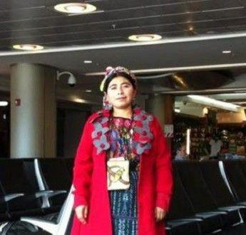 La indígena guatemalteca Ali Roxox, estudiante de doctorado en el Centro de Estudios Superiores de México y Centroamérica de la Universidad de Ciencias y Artes de Chiapas, fue echada de una cafetería tras ser confundida con una vendedora ambulante.