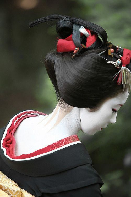 Maiko Kimika during her sakkou period - when a maiko is in the last stages before becoming a geisha. Kyoto, Japan | photo by watanabe san on Flickr