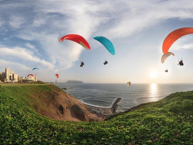 Voo de paraglider sobre Lima