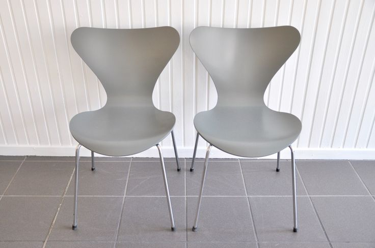 """3107"""" Stuhl von Arne Jacobsen für Fritz Hansen in grau lackiert"""