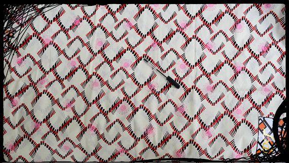 Coupon Veritable pagne africain 100% coton Tissu pagne africain pour couture, loisirs créatifs ou patchwork 100 % coton de très belle qualité lavable en machine Laize 118 cm tarif affiché pour un coupon de 1 yard, soit 90 cm Le tissu est envoyé en un seul morceau en fonction des stocks