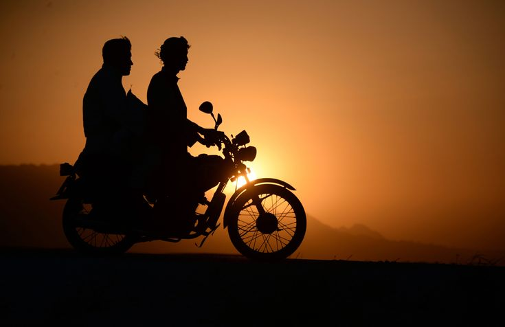 Bărbaţi afgani se plimbă cu motocicleta la apusul soarelui, la periferia oraşului Mazar-i-sharif, Afganistan, vineri, 19 septembrie 2014. (  Farshad Usyan / AFP  ) - See more at: http://zoom.mediafax.ro/news/pictures-of-the-week-15-21-septembrie-2014-13321289#sthash.Qtkx2bSF.dpuf