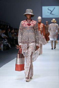 Itang Yunasz S/S Collection 2016 - Jakarta Fashion Week | Etnic Fashion Series - Kalimantan. www.itangsz.com
