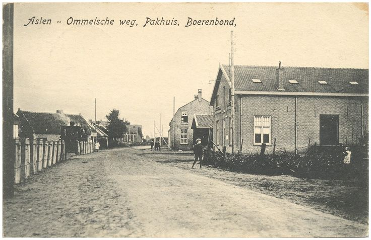 Asten,  Tram- of Stationsstraat, met rechts het pakhuis van de boerenbond.  1915 - 1935