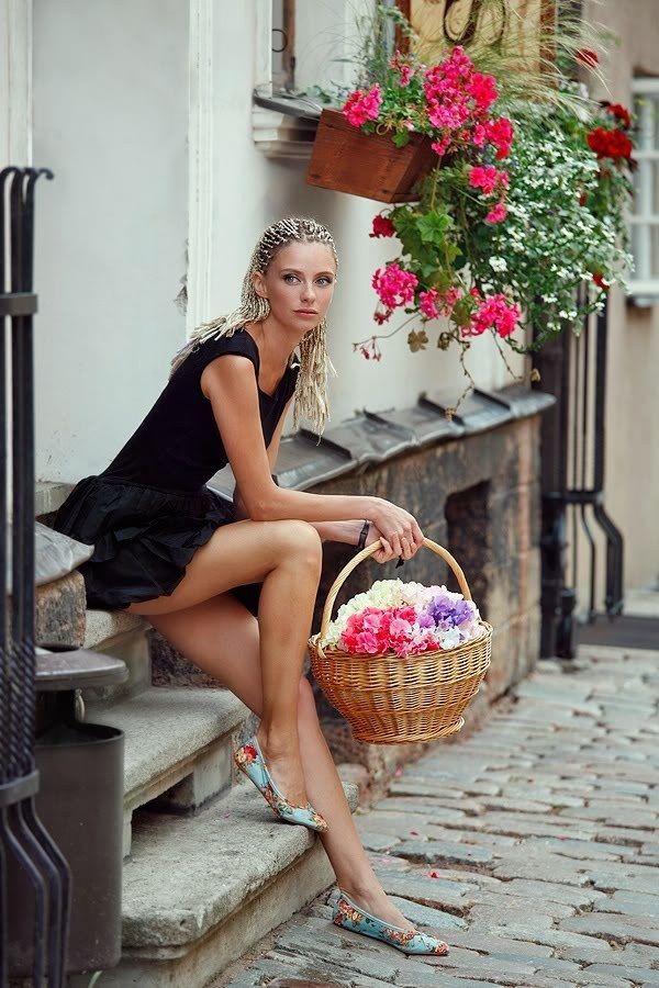 Фото с корзинами цветов дома с девушкой