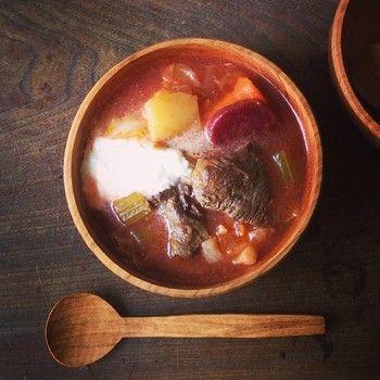 ロシア(正確にはウクライナ)のスープ代表ボルシチ。 お肉と野菜を順に炒めてから圧力をかけて煮込みます。 形が煮崩れてもよいですし、残したいなら圧力は短くかけましょう。 最後に黒こしょうと塩で味を調節し、サワークリームをのせていただきます。 <材料> 牛すね肉 500グラム 玉ねぎ スライス 1個 人参 角切 1本 じゃがいも 角切り1~2個 キャベツ 1/4個 ビーツ 1個 トマトの水煮缶 1缶 コンソメ 1個 水 500CC 塩 適量 黒こしょう 適量 サワークリーム 適量 ローリエ 1枚 ニンニク すりおろす 一片 ディル 適量 recipe by cuco