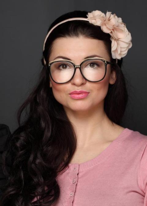 Ce n'est parce qu'on porte des lunettes que l'on doit bannir le maquillage. Myope, astigmate, hypermétrope, presbyte, jouez de vos lunettes devenues un accessoire de mode ultra tendance ! Voici ma méthode en 8 étapes, détaillée sous le diaporama.