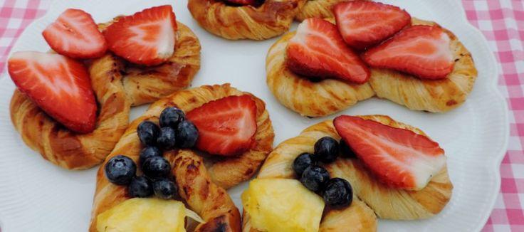 Heerlijk koffiebroodje, een krakeling met vers fruit | Lekker Tafelen