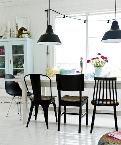 Mer mångfald kring köksbordet! Vem var det som kom på att vi ska ha likadana stolar runt köksbordet? Det pratas ju så mycket om mångfald nu för tiden... Vi är alla olika, vi bär inte lika kläder - men vi ska sitta på likadana stolar runt köksbordet...? Varför då? http://www.var-dags-rum.se/2013/05/mer-mangfald-vid-koksbordet.html