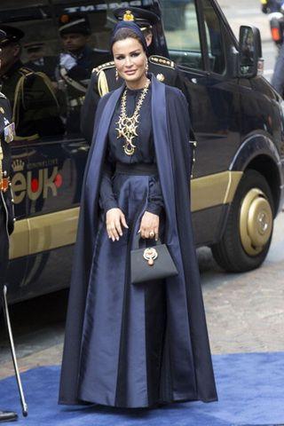 الشيخة موزة بفستان رمادي داكن من فالينتينو