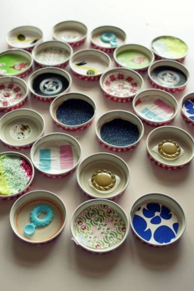 jeu de mémory, en recyclant des couvercles de petits pots (ou bouteille de lait). coller des bouts de tissu, boutons, images... dessous.