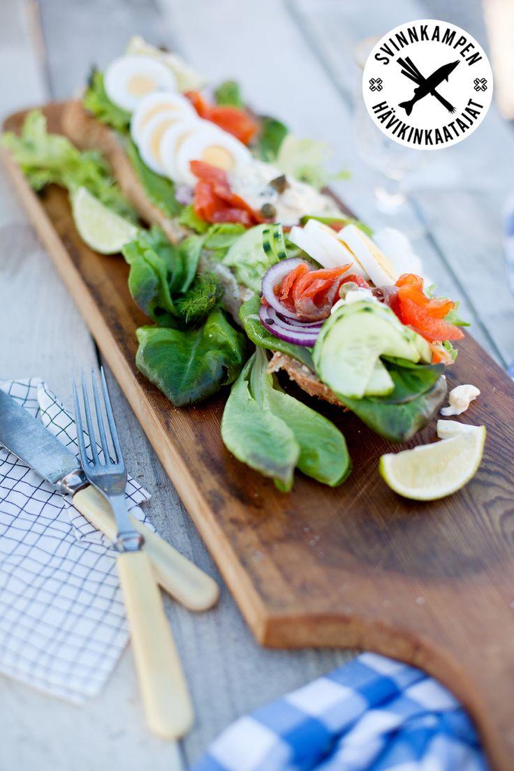 Gör en matig macka på fynd i kylskåpet, förslag på fyllning finns här: http://martha.fi/sv/radgivning/recept/view-93381-4329