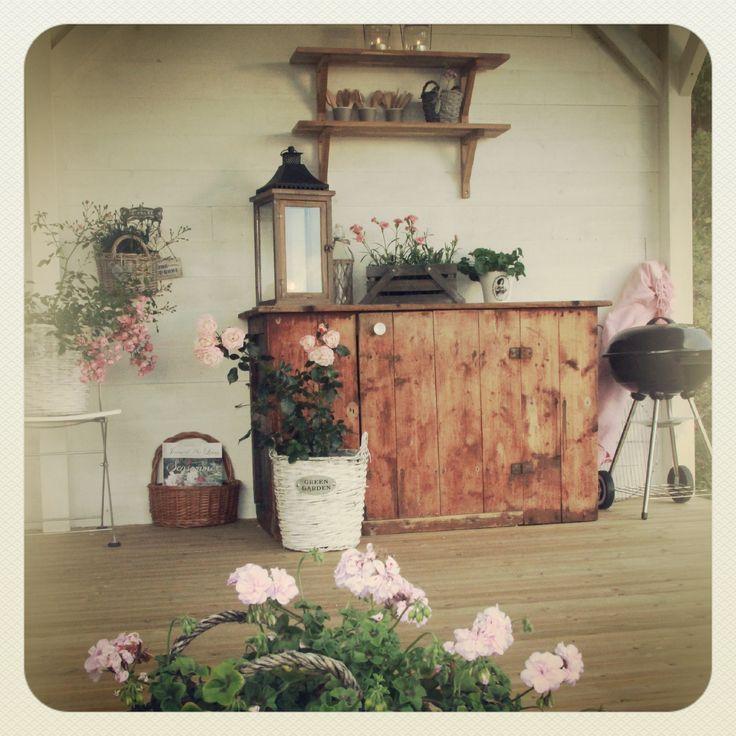 Grillstue, utestue, hagestue, gammel kjøkkenbenk, blomster