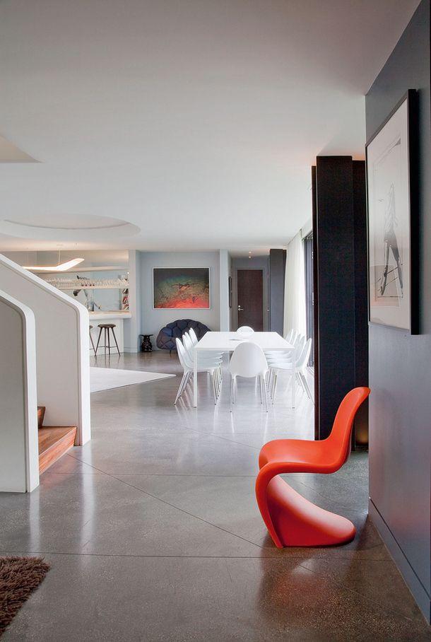бетонный пол со светоотражающими частицами и линиями
