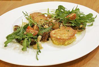 Warmer Pilzsalat mit Rucola, Parmesan und gebackenen Kräuterbrotschnitten