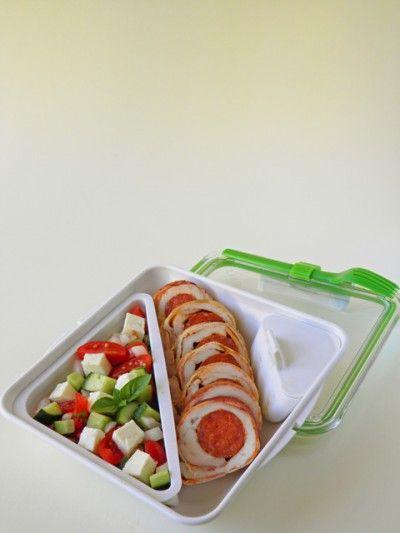 Kolbászos csirkemell salátával