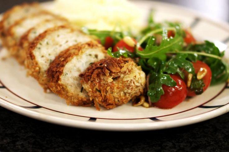 Eenvoudig en simpelweg lekker, zo mag je dit gerecht zeker omschrijven. Zonder grote culinaire kunsten zet je een maaltijd op de tafel die iedereen lust: een zacht vleesbroodje van kippengehakt, een eenvoudige salade boordevol vitamientjes en smeuïge zuiderse puree met wat olijfolie. Wat moet een mens nog meer?
